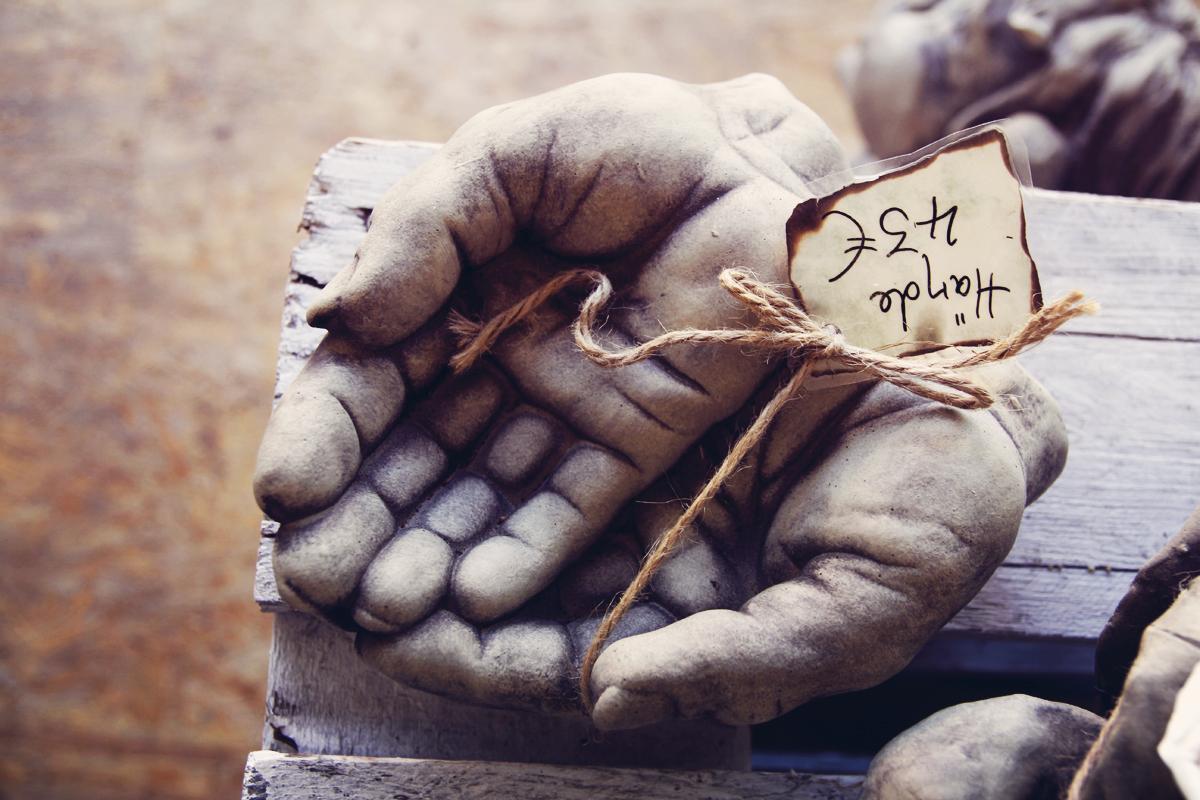 Skulptur-Hand-Steinreich