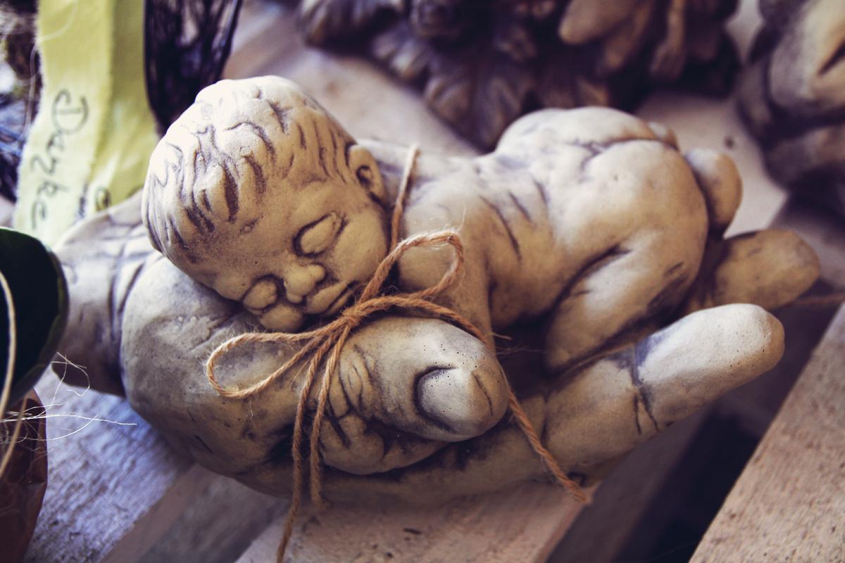 Stein-Skulptur-Baby-Steinreich