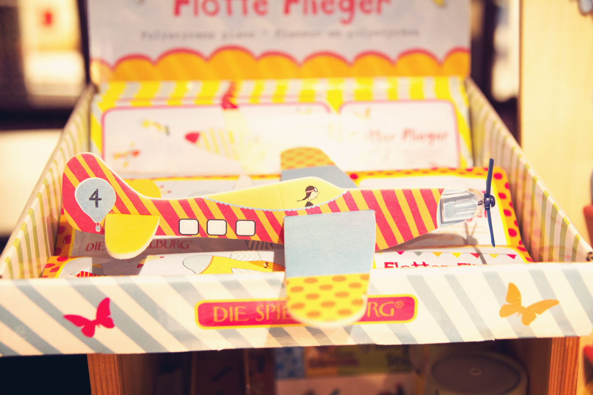 Flugzeug-Papier-´Speilzeug-Buchhandlung-Almut-Schmidt