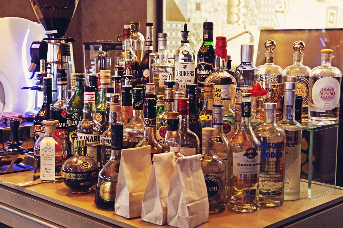 bar-banmaai-flaschen-spirituosen
