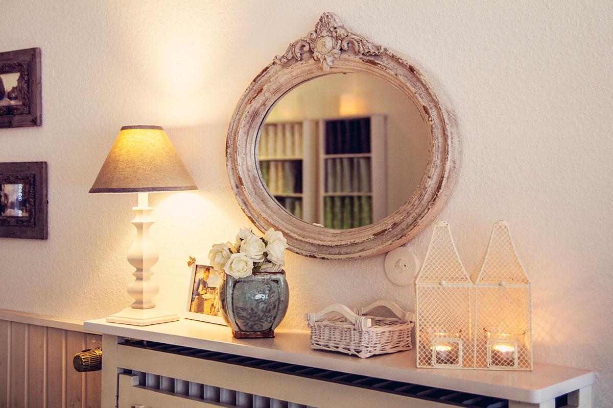 Cafeamkleinflecken-neumuenster-innen-spiegel-kommode