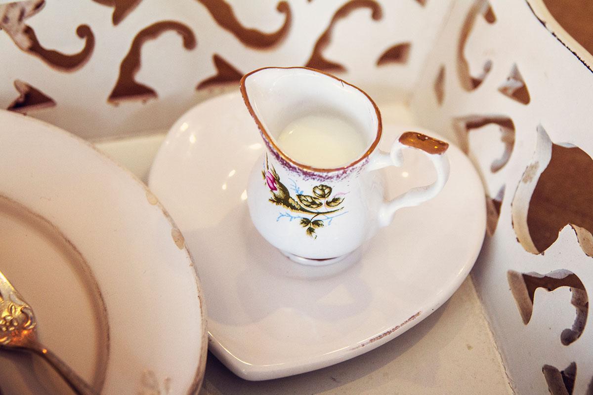 Cafeamkleinflecken-neumuenster-milchkaenchen-blumen-shabby2