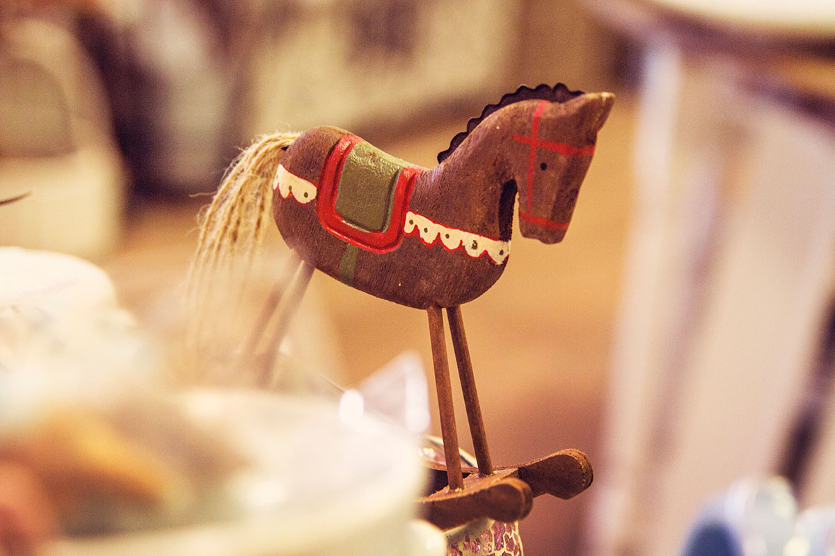 Cafeamkleinflecken-neumuenster-schaukelpferd