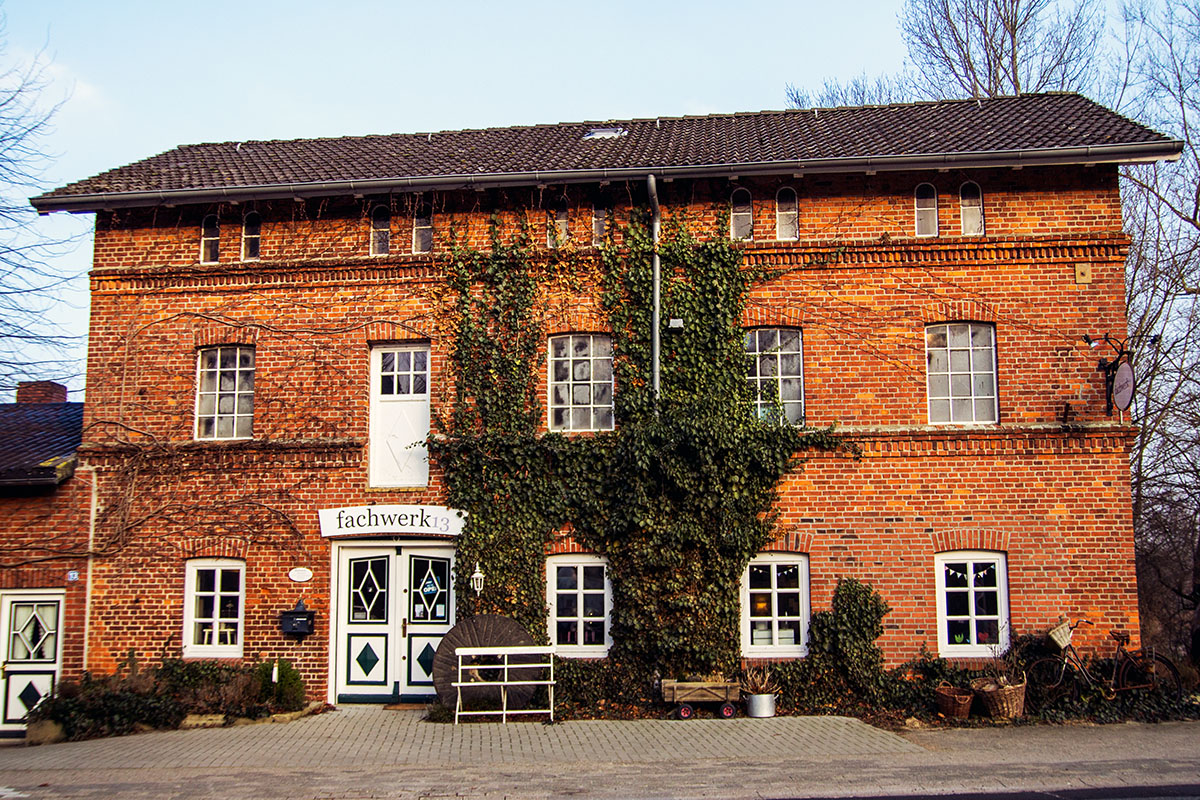 Bei fachwerk 13 in Dänischenhagen gibt es Wohnaccessoires, Porzellan, Vintage-Möbel, Babykleidung, Selbstgenähtes für Groß und Klein, Schmuck und mehr.
