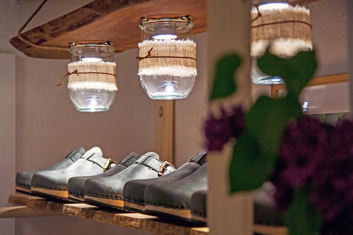 nahtur-design-bosau-lampe-weckglas-schuhe-woody