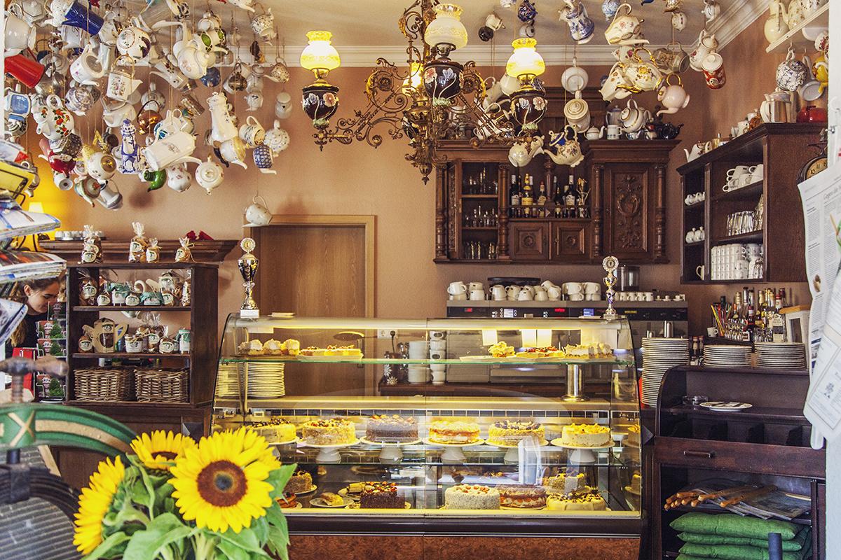 mariencafe-flensburg-torten-theke-kaffeekannen