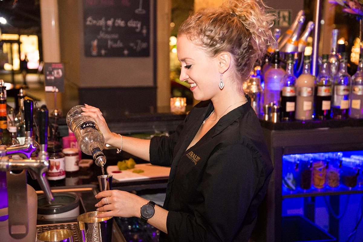 moralist-bar-kiel-foerdefraeulein-barmaid-shot
