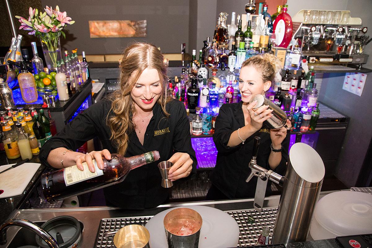 moralist-bar-kiel-foerdefraeulein-barmaids