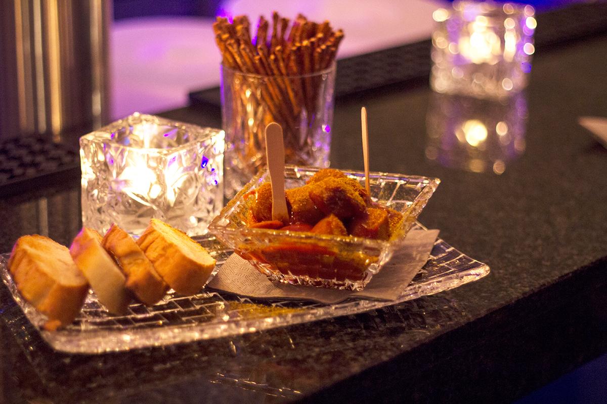 moralist-bar-kiel-foerdefraeulein-currywurst-snack-extrawurst-brot
