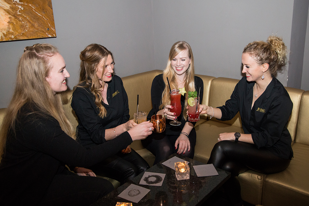 moralist-bar-kiel-foerdefraeulein-lounge-cocktails-girls