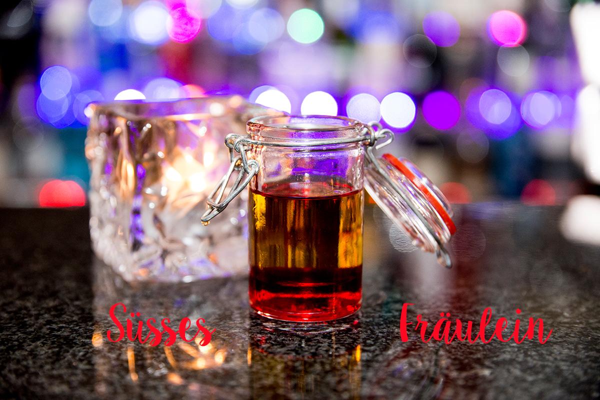 moralist-bar-kiel-foerdefraeulein-suessesfraeulein-shot-erdbeere-licor43-apricotbrandy-limette-neu_schrift
