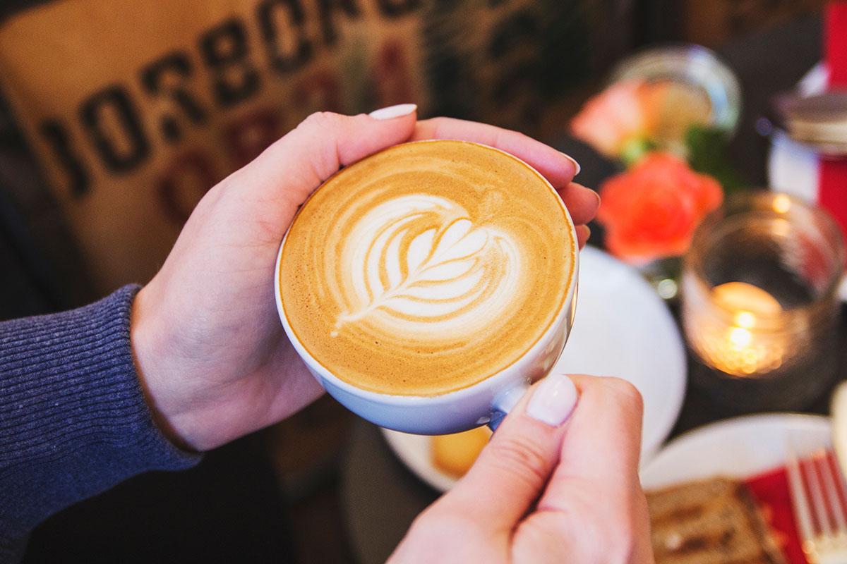 wintertag-kiel-foerdefraeulein-cafe-hilda-cappuccino-hand-2