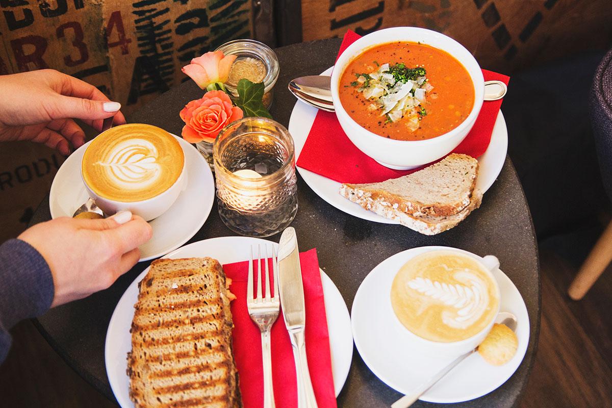 wintertag-kiel-foerdefraeulein-cafe-hilda-essen-suppe-brot-kaffee
