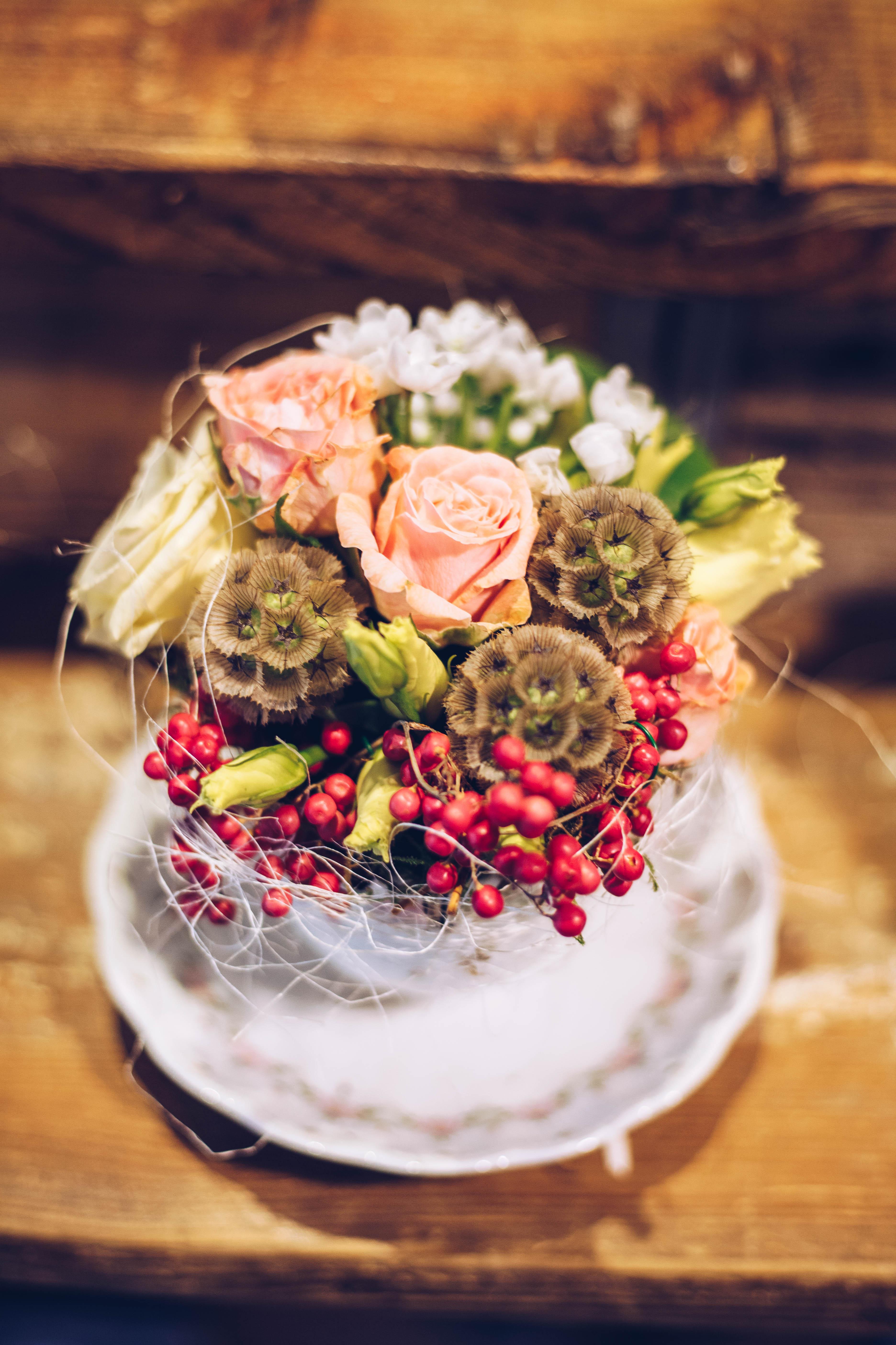 Bei einem Floristik-Workshop im Laden Raumzutat in Kiel zeigt dir Floristin Oleksandra wie du kleine, florale Kunstwerke selbst gestalten kannst.