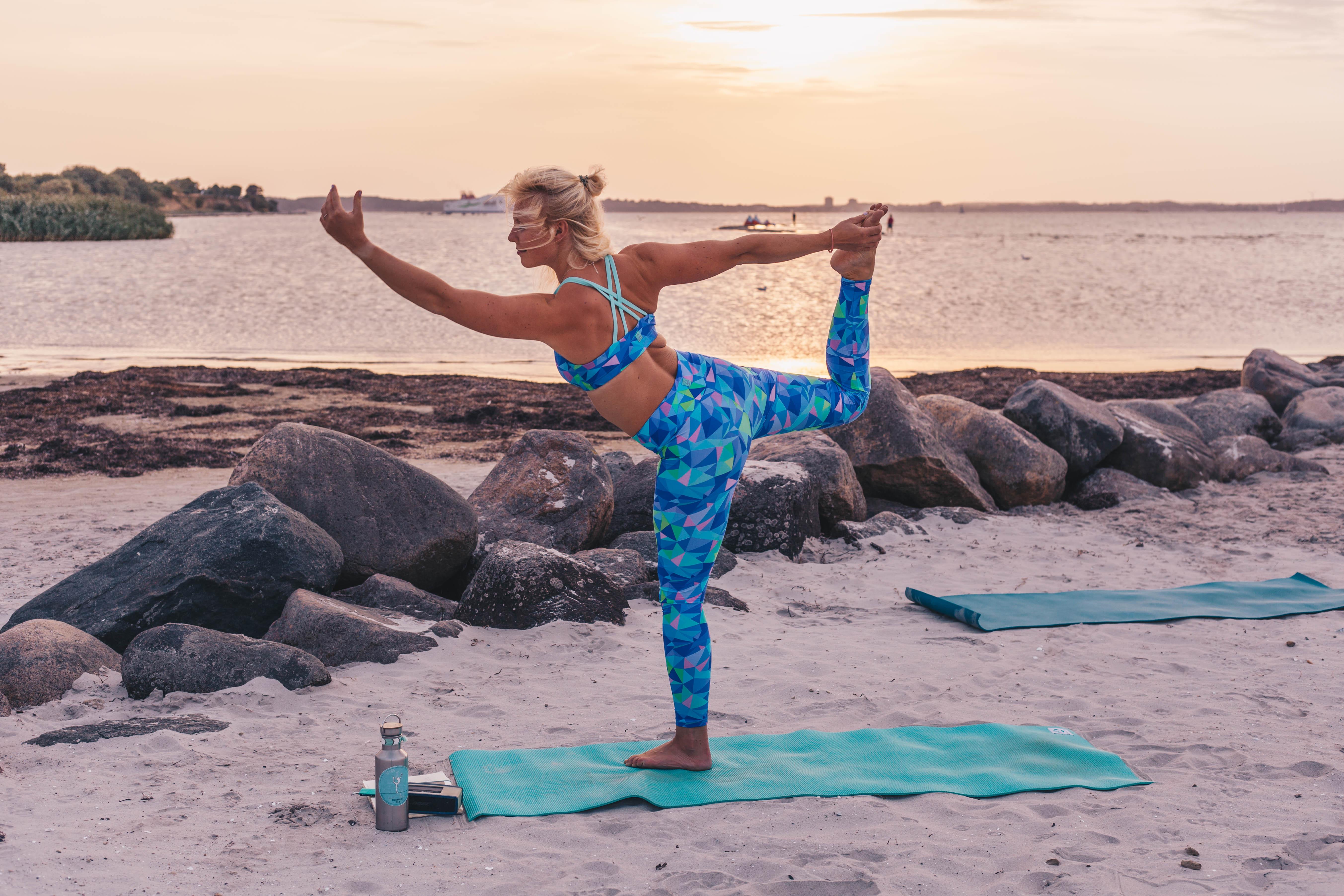 Strandyoga_Stein_Kiel_Yoga_Neverwaveless_Swana