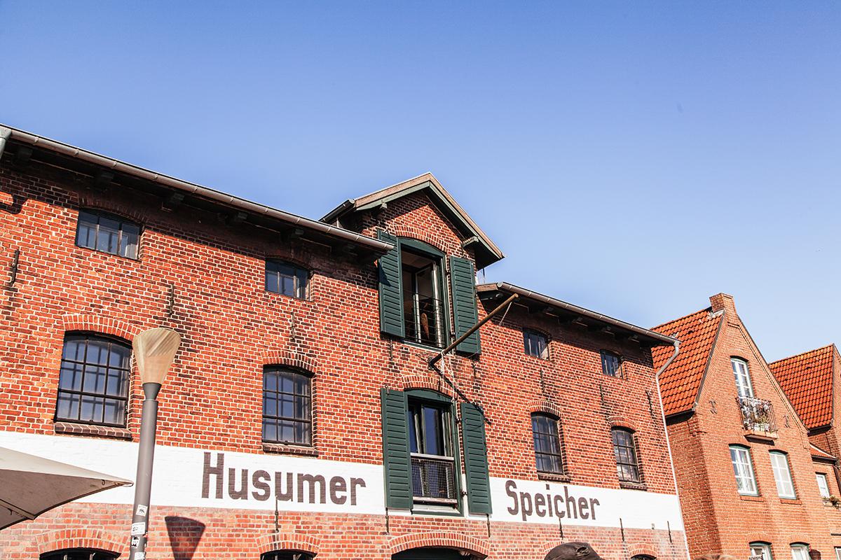 Ein Herbsttag in Husum: Entdecke viele Tipps für deinen Ausflug in die Hafenstadt! Hafenstraße