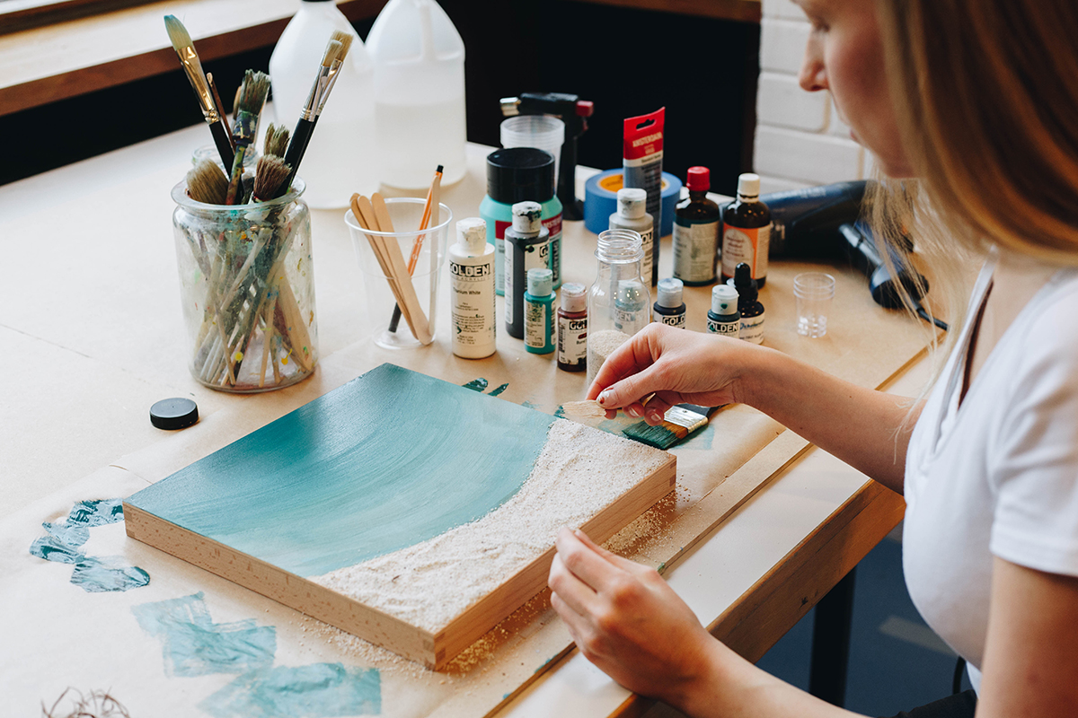 Marlene Hoffmann erschafft maritime Kunstwerke mit Kunstharz und schafft somit Bilder, in deren Wasser man eintauchen möchte