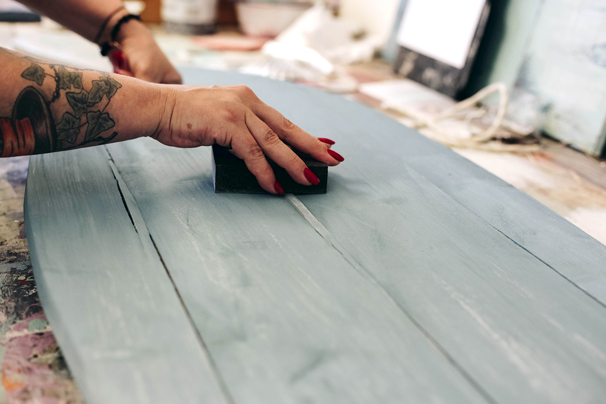 Ich habe an einem Seaside-Design-Workshop bei Parzelle 193 teilgenommen und gelernt, wie ich Möbeln einen Vintage-Look verleihen kann