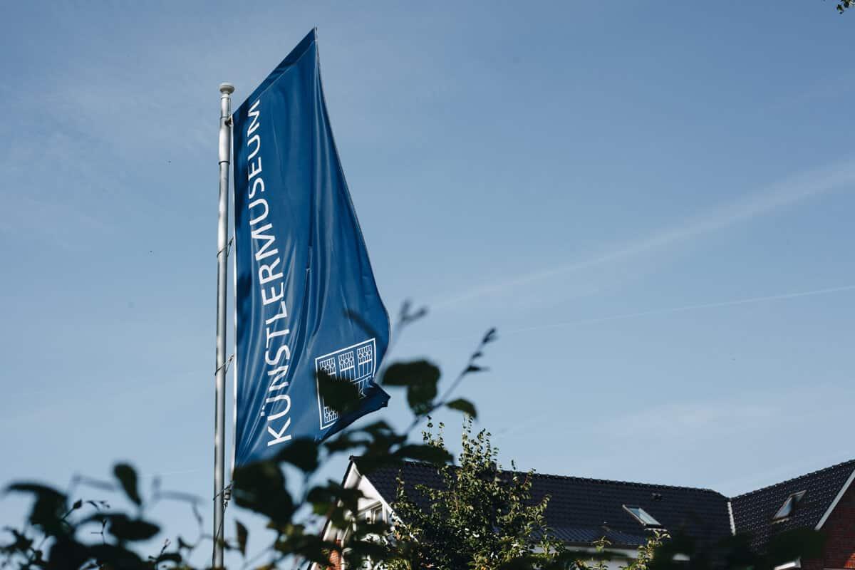 Künstlermuseum Heikendorf blaue Fahne