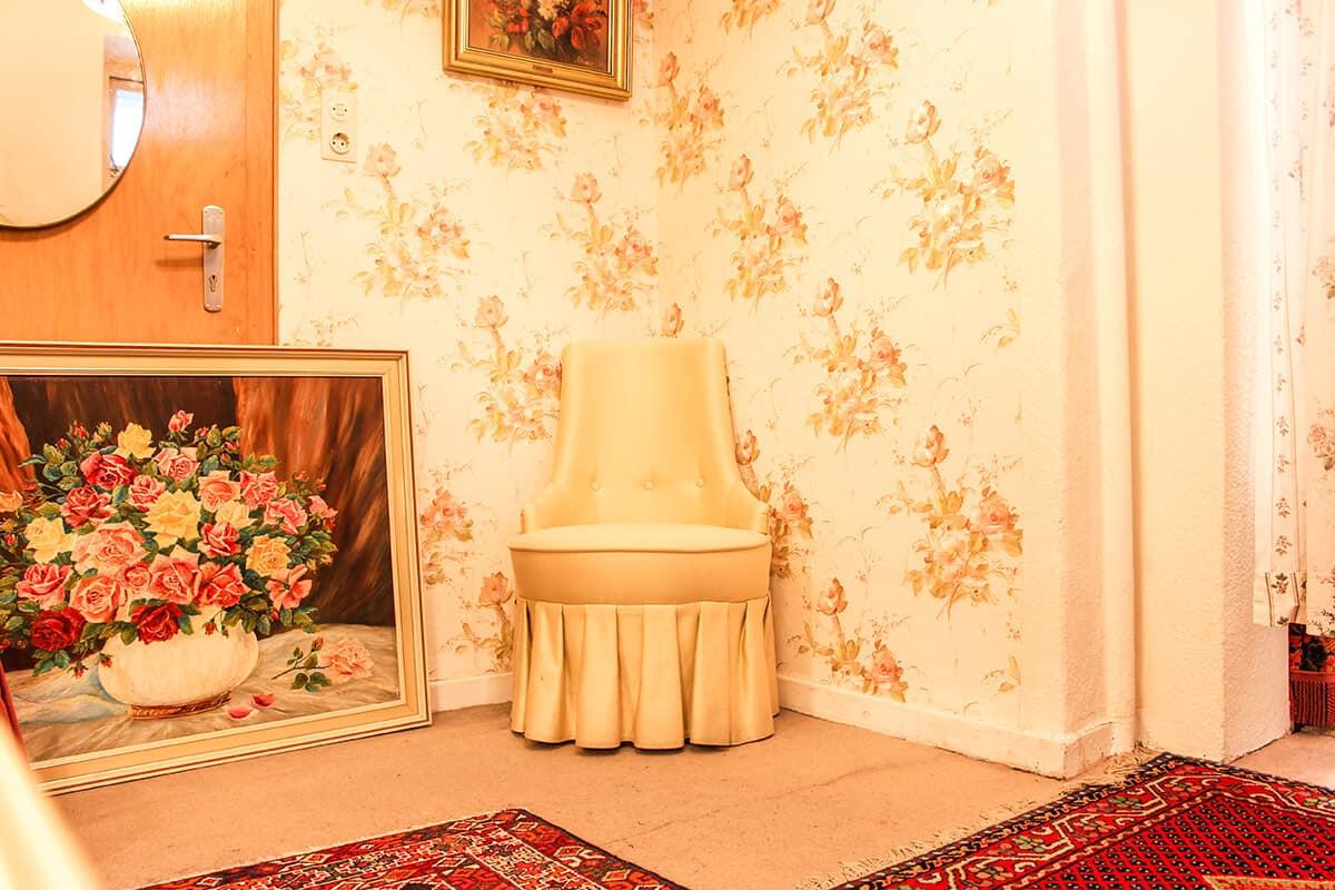 Die schönsten Second Hand Läden in Kiel: Goldkleid in der Gutenbergstraße, Vintagesessel