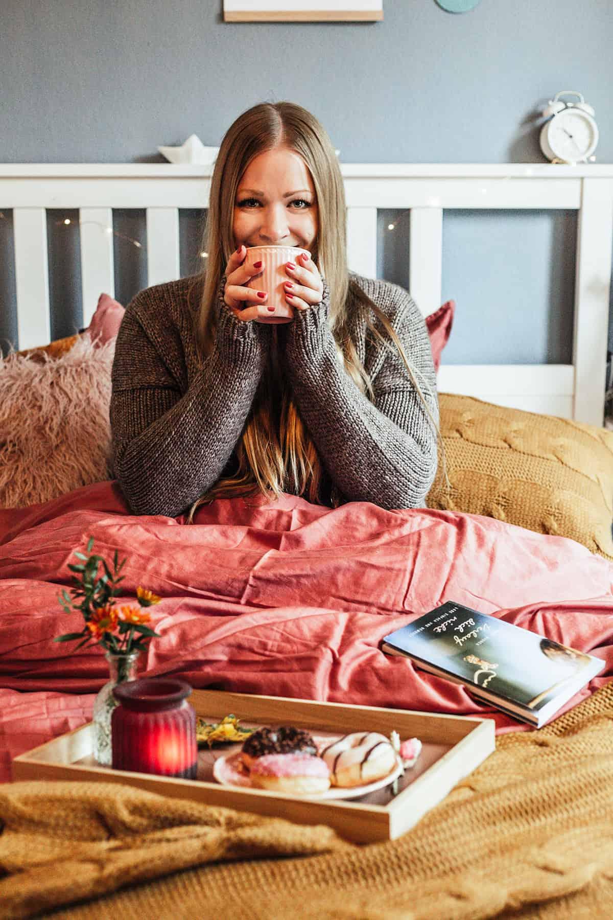 Im Bett einkuscheln im Herbst und lesen