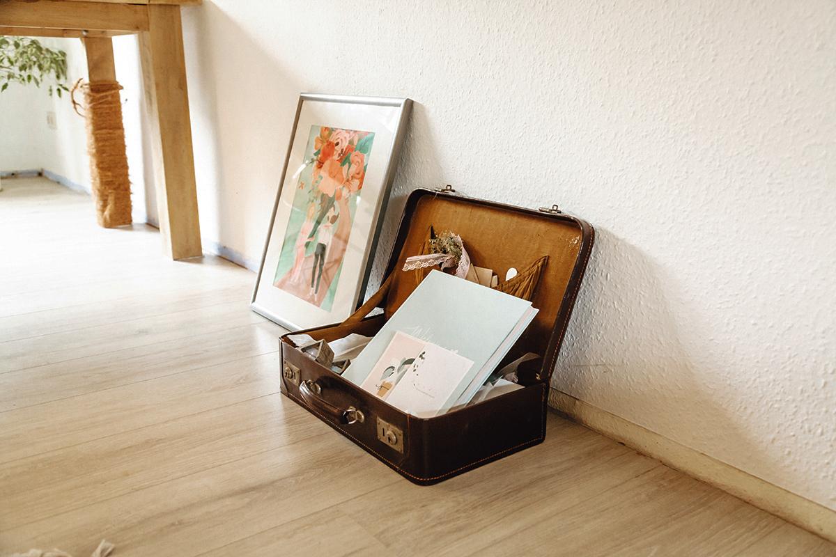 Koffer und Bild im Wohnzimmer