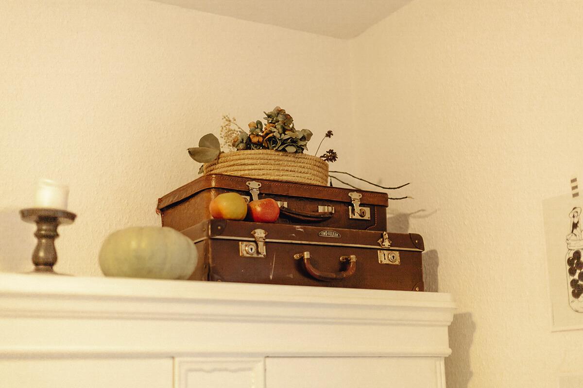 alte Koffer auf dem Schrank