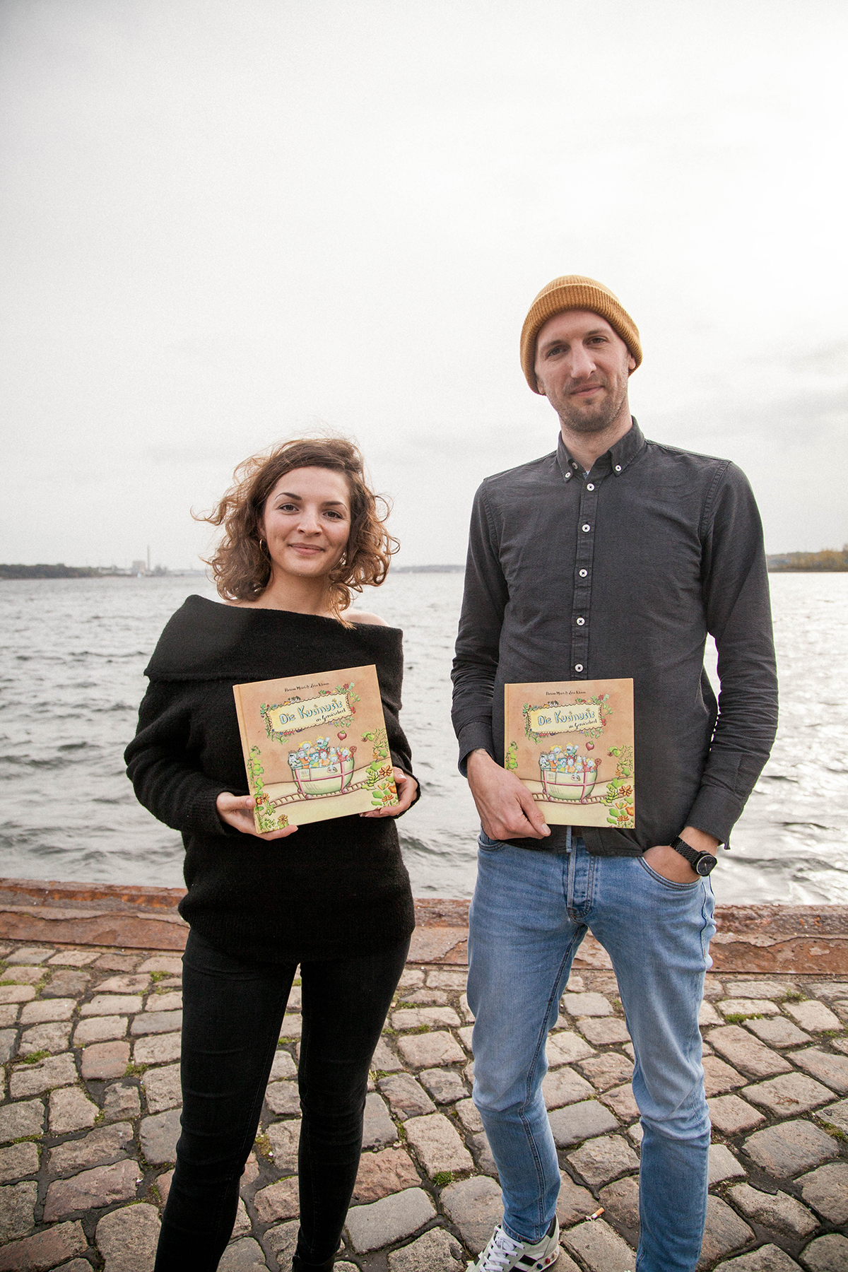 Lara und Florian mit dem Buch am Wasser