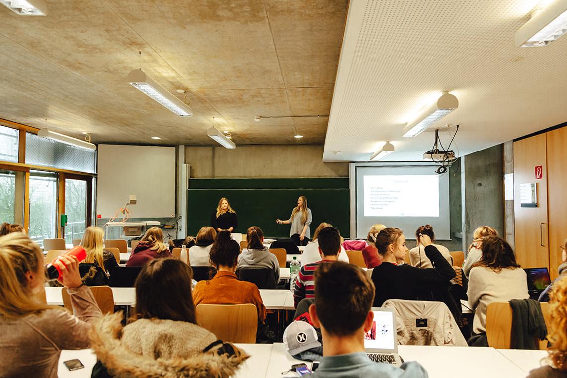 FH Westeküste in Heide: Förde Fräulein hält Vorlesung