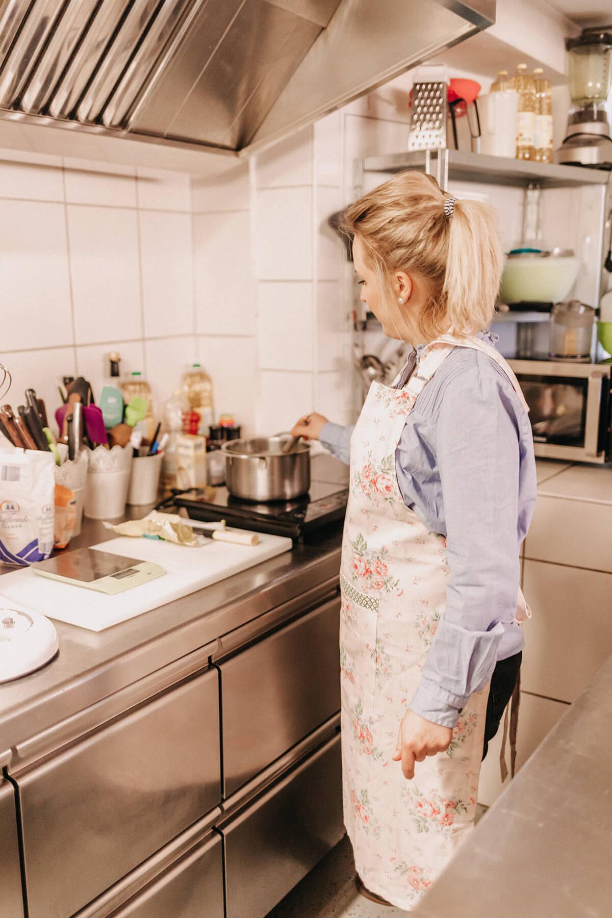 Katharina beim Kochen