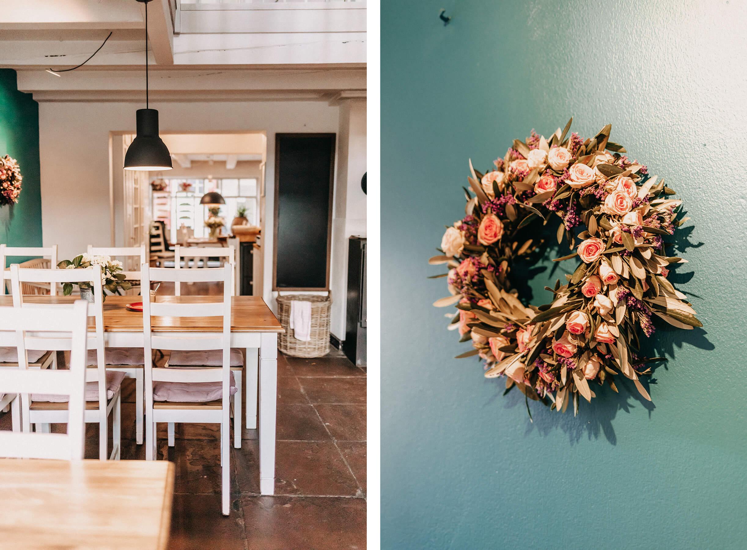 Tische und Stühle und Blumenkranz