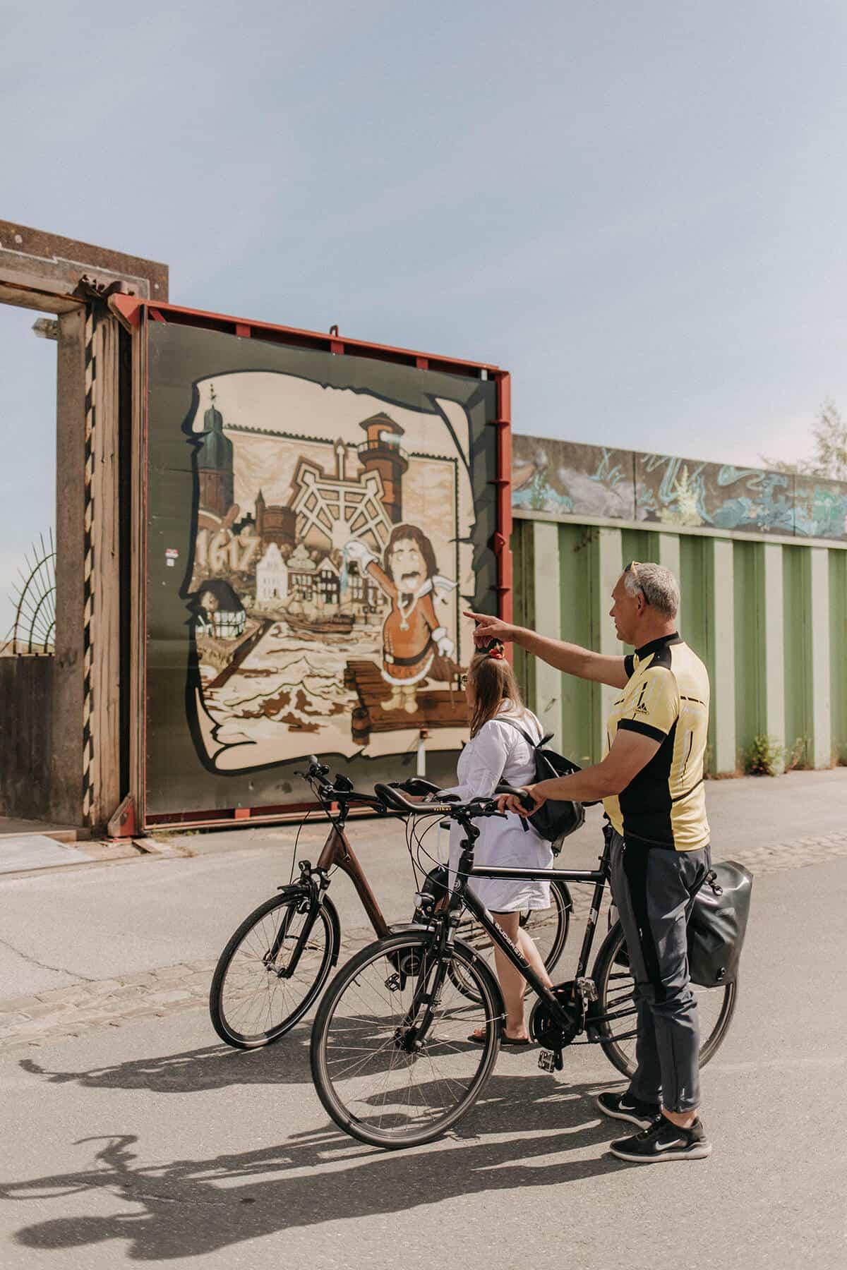 Zwei Menschen auf Fahrradtour in Glückstadt