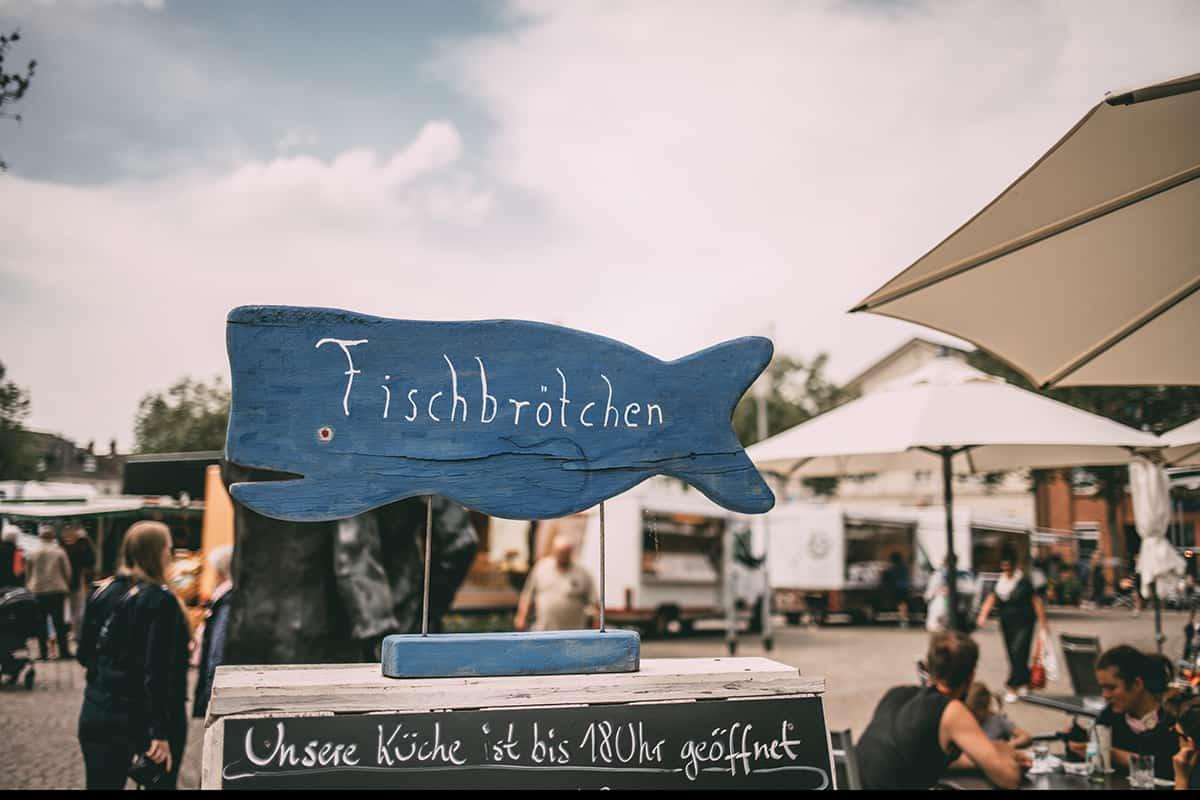 Fischbrötchenstand auf dem Wochenmarkt in Neustadt