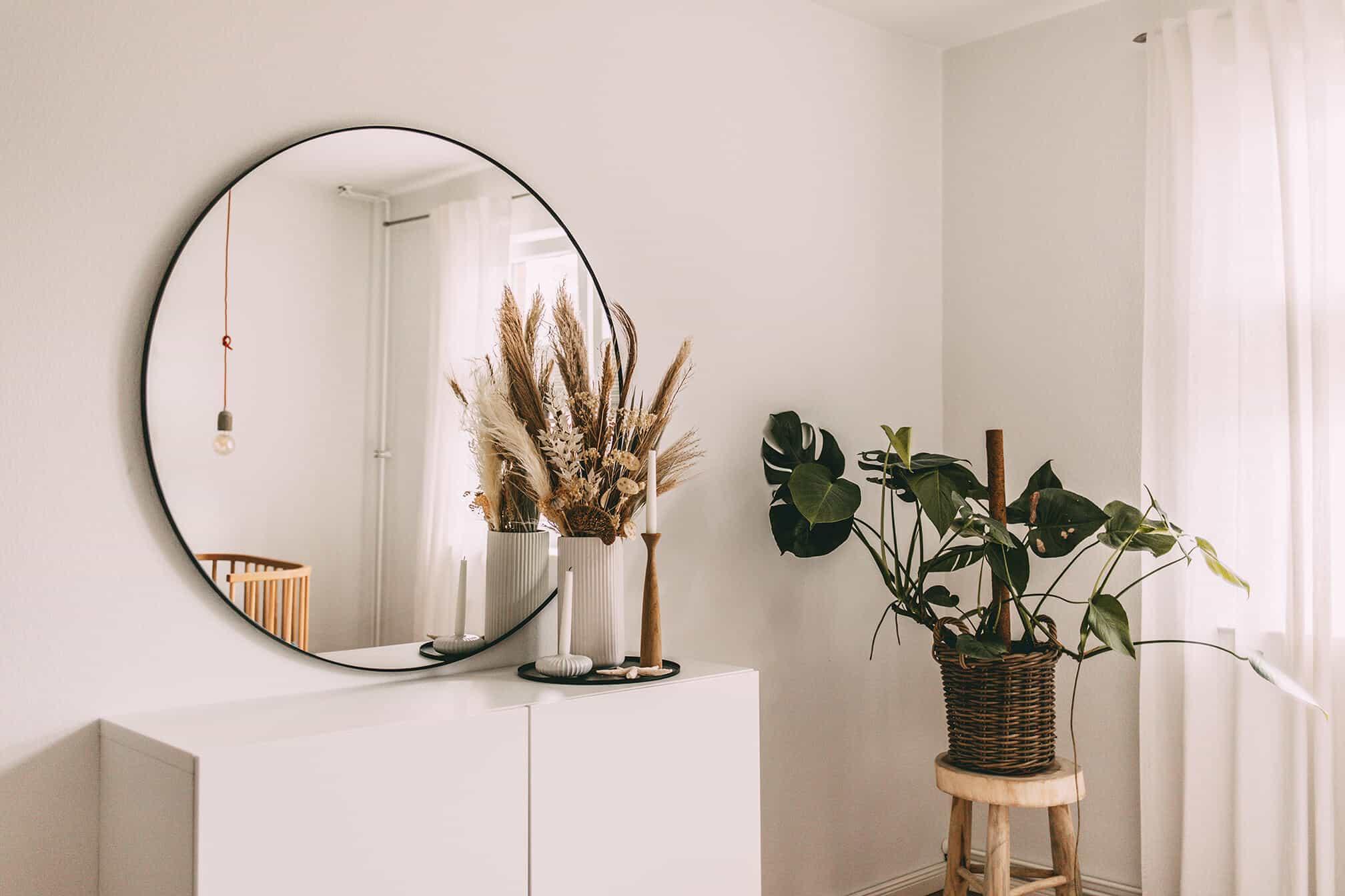 @Grasshopper_laura: Kommode, Spiegel und Dekoration