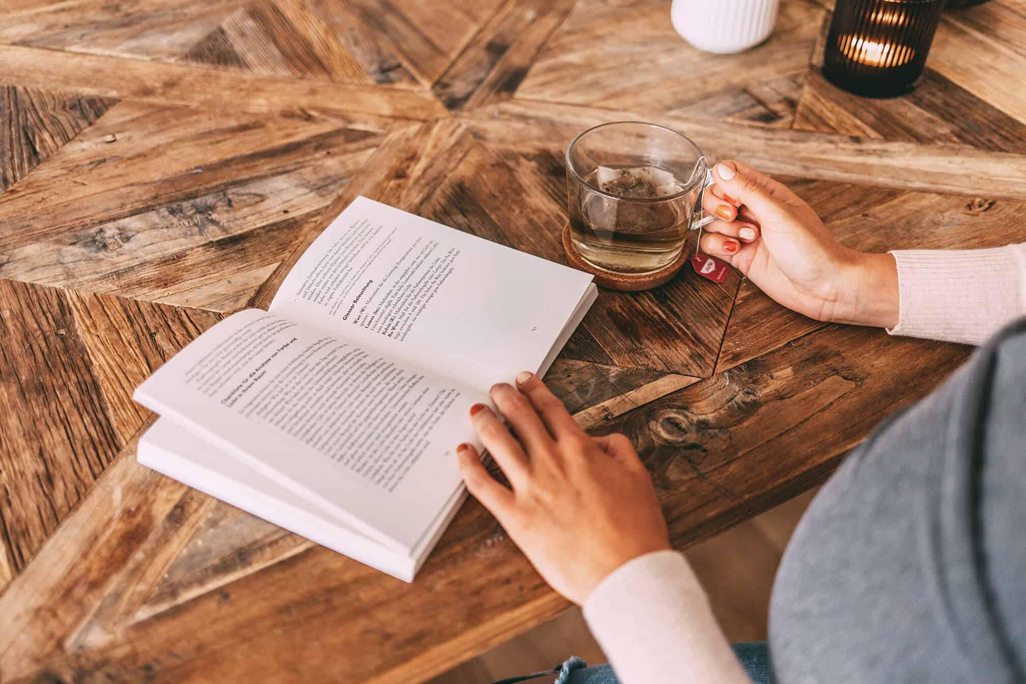 Buch und Tee Nahaufnahme