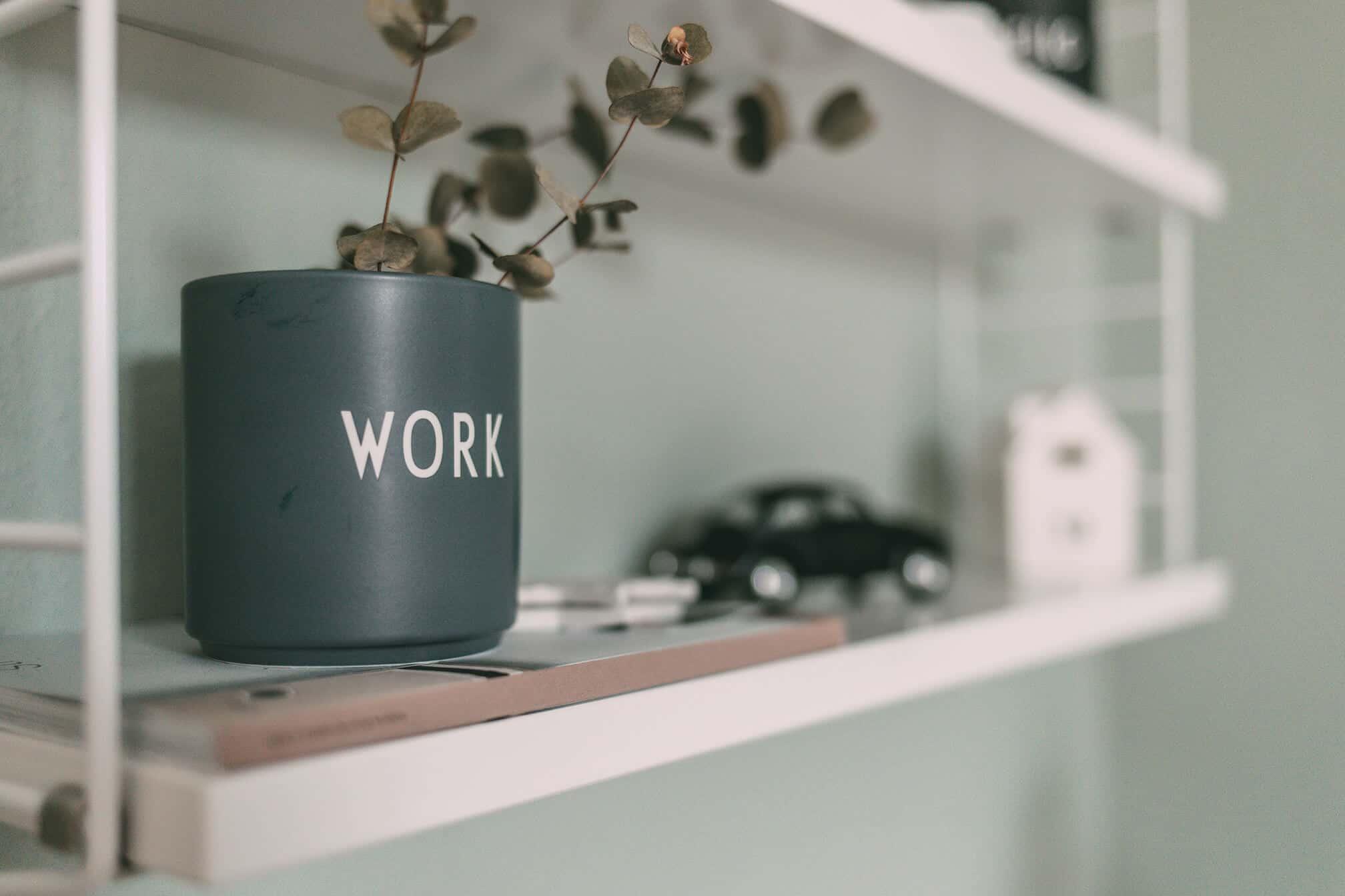 Vase mit Aufschrift WORK
