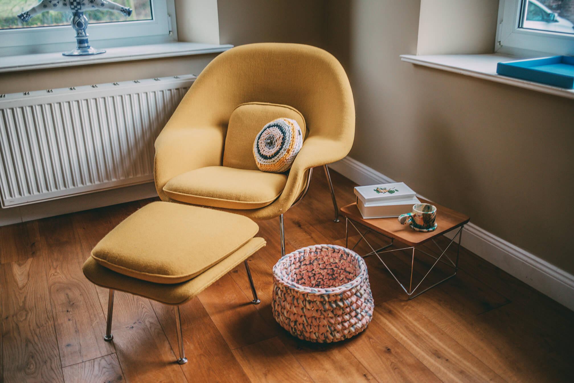 gelber Sessel und Lumikello Korb