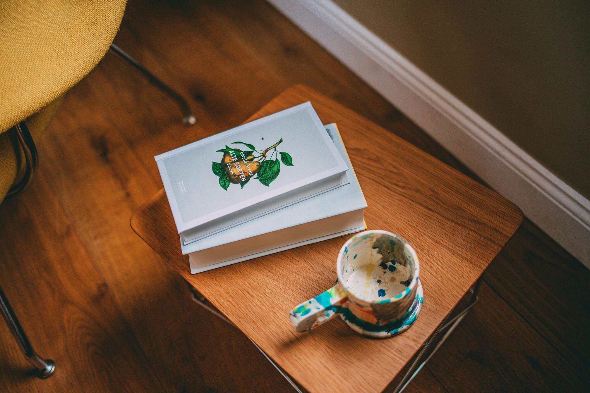 Buch und Tasse auf Tisch