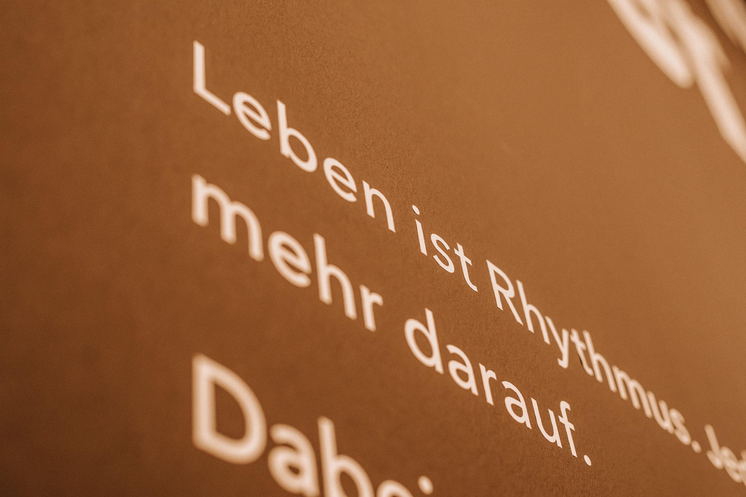 Jahr100Haus Molfsee: Wandtext Rythmus