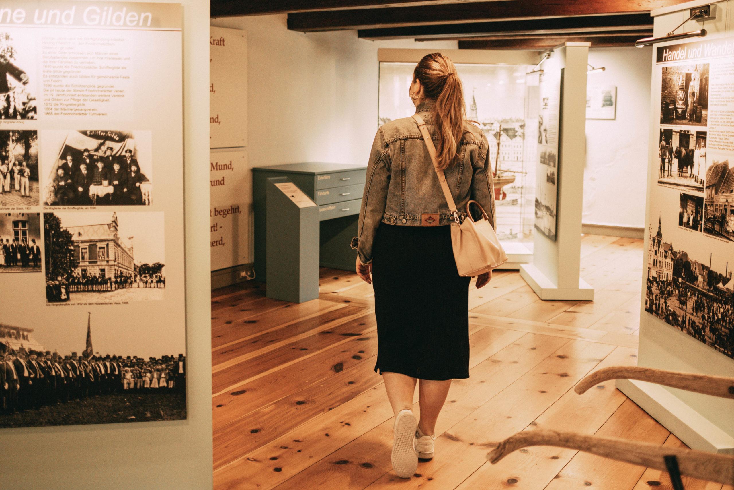 Sina im Museum