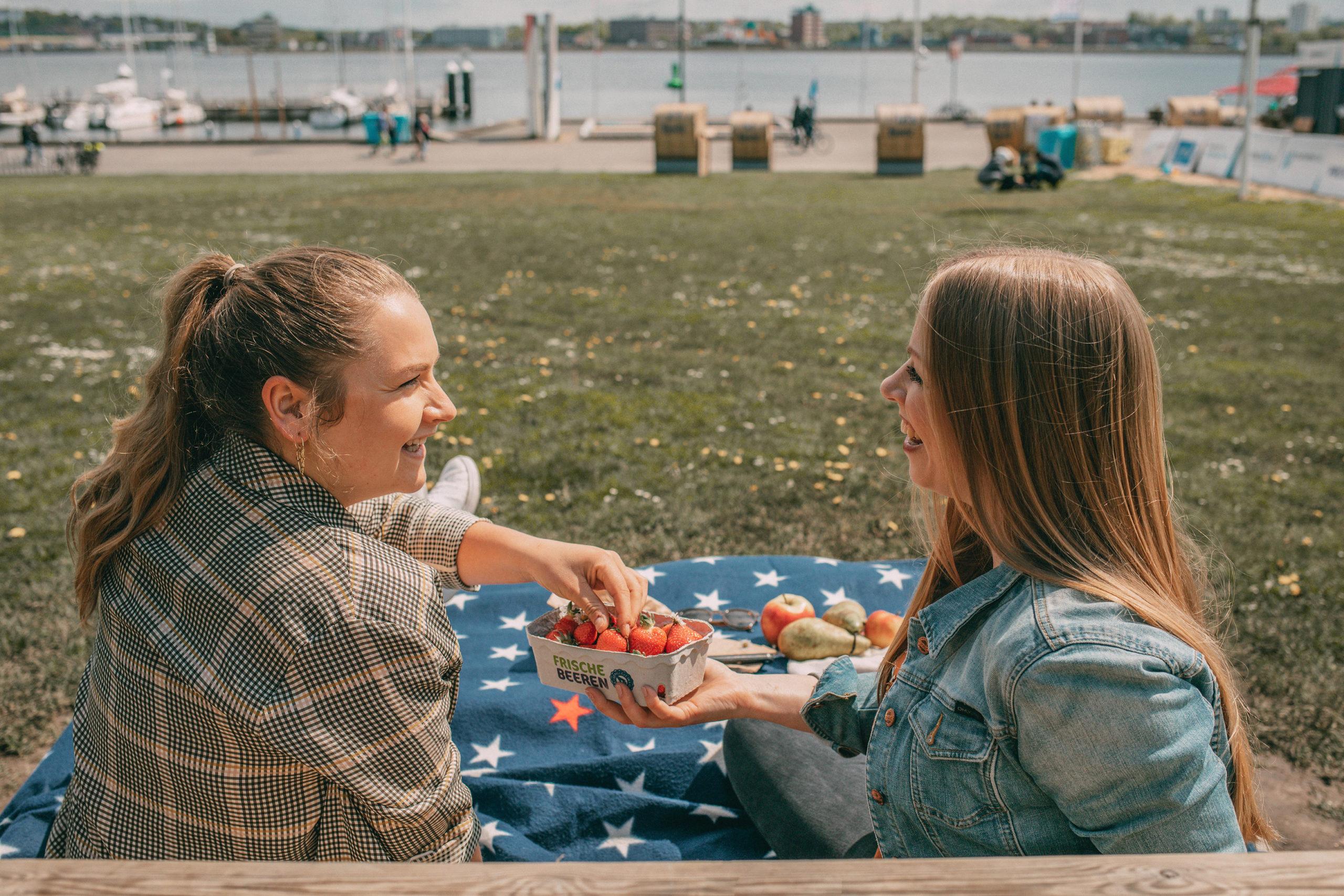 Finja & Sina beim Picknick