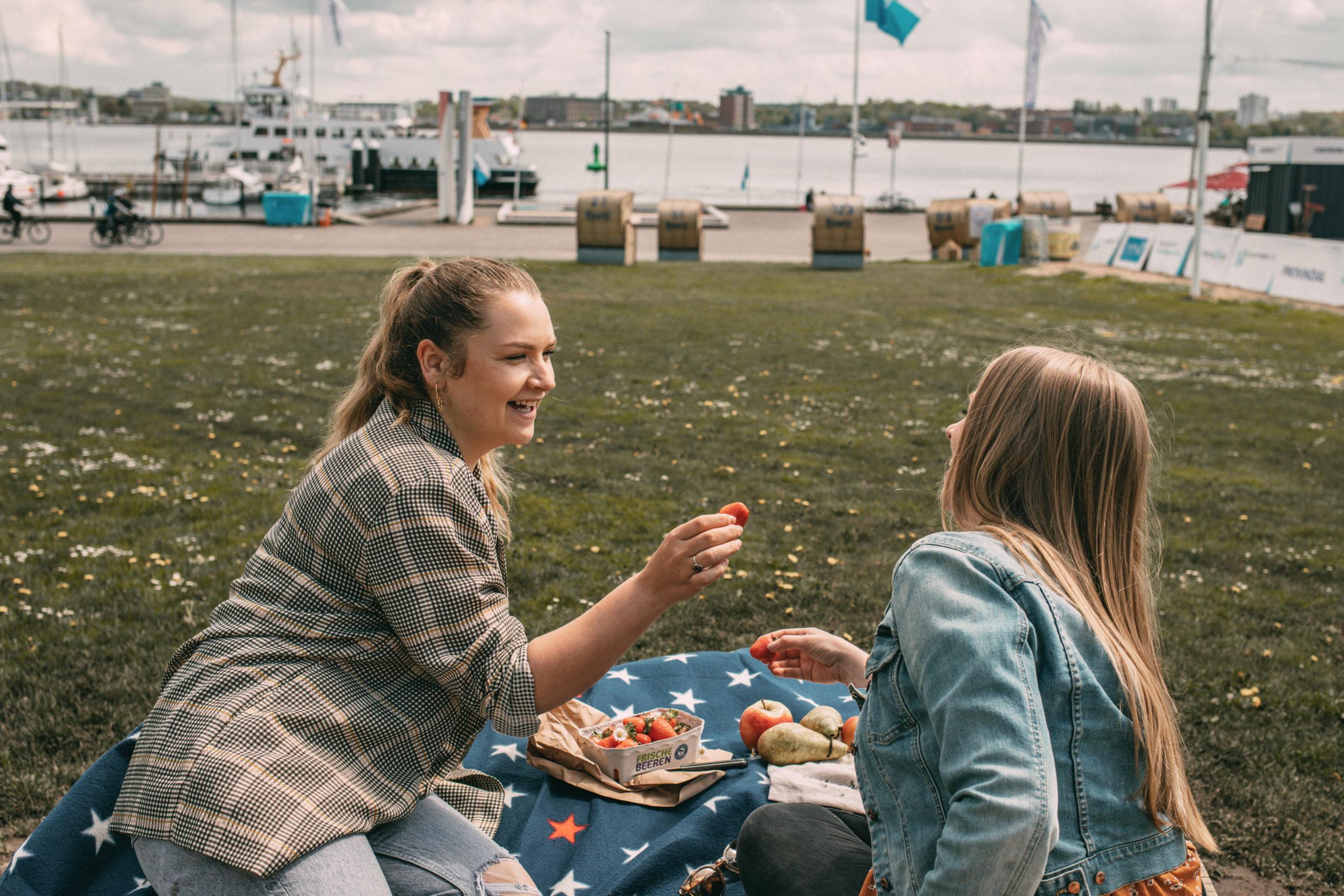 Sina & Finja beim Picknick
