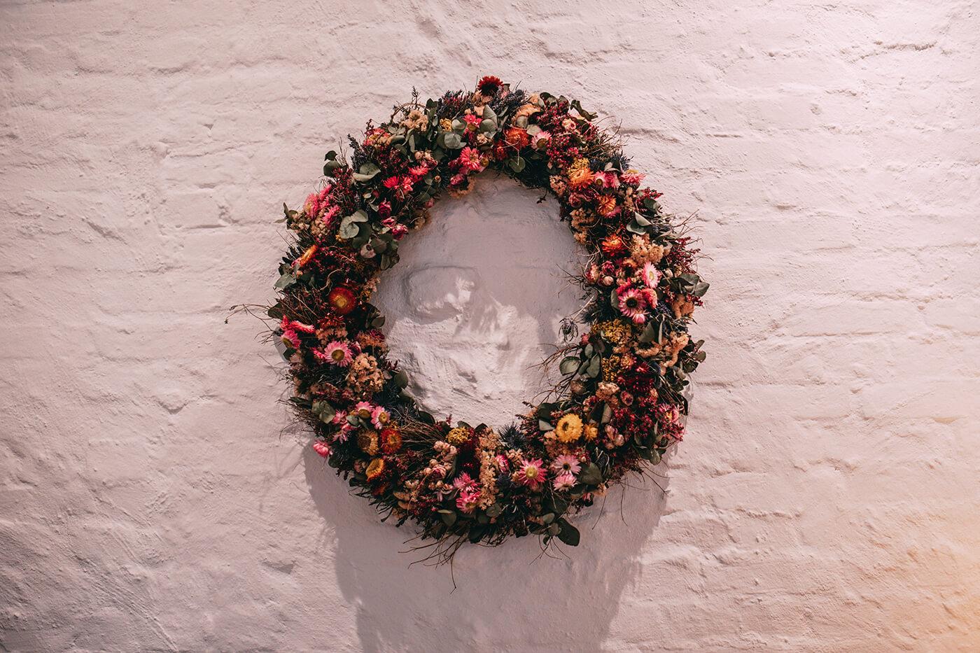 Blumenkranz an der Wand