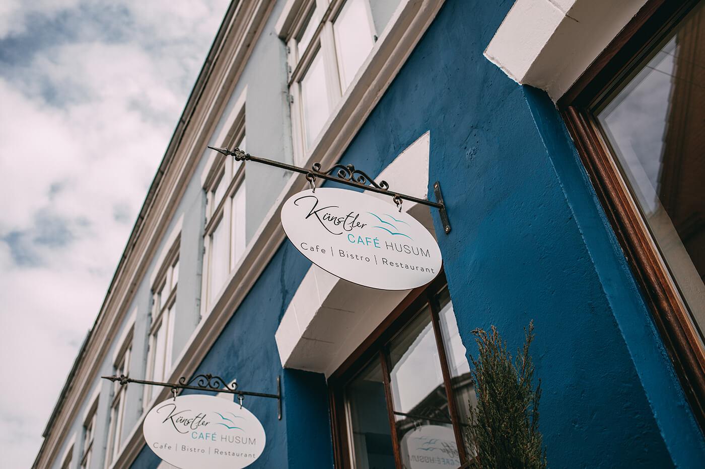 Künstlercafé Husum; Außenaufnahme Schild