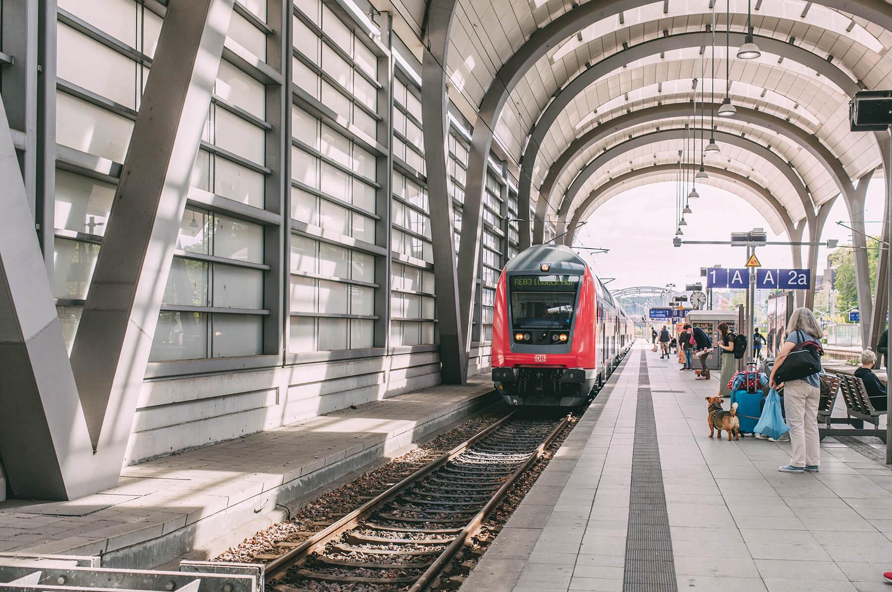 Zug im Bahnhof Kiel