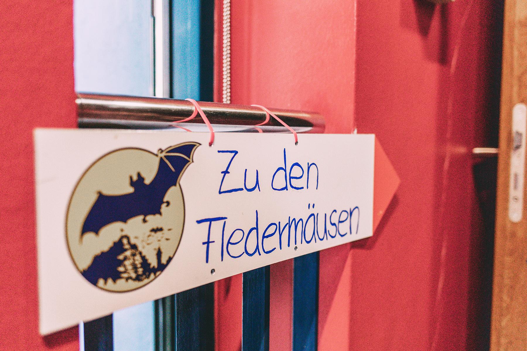 Schild: Zu den Fledermäusen