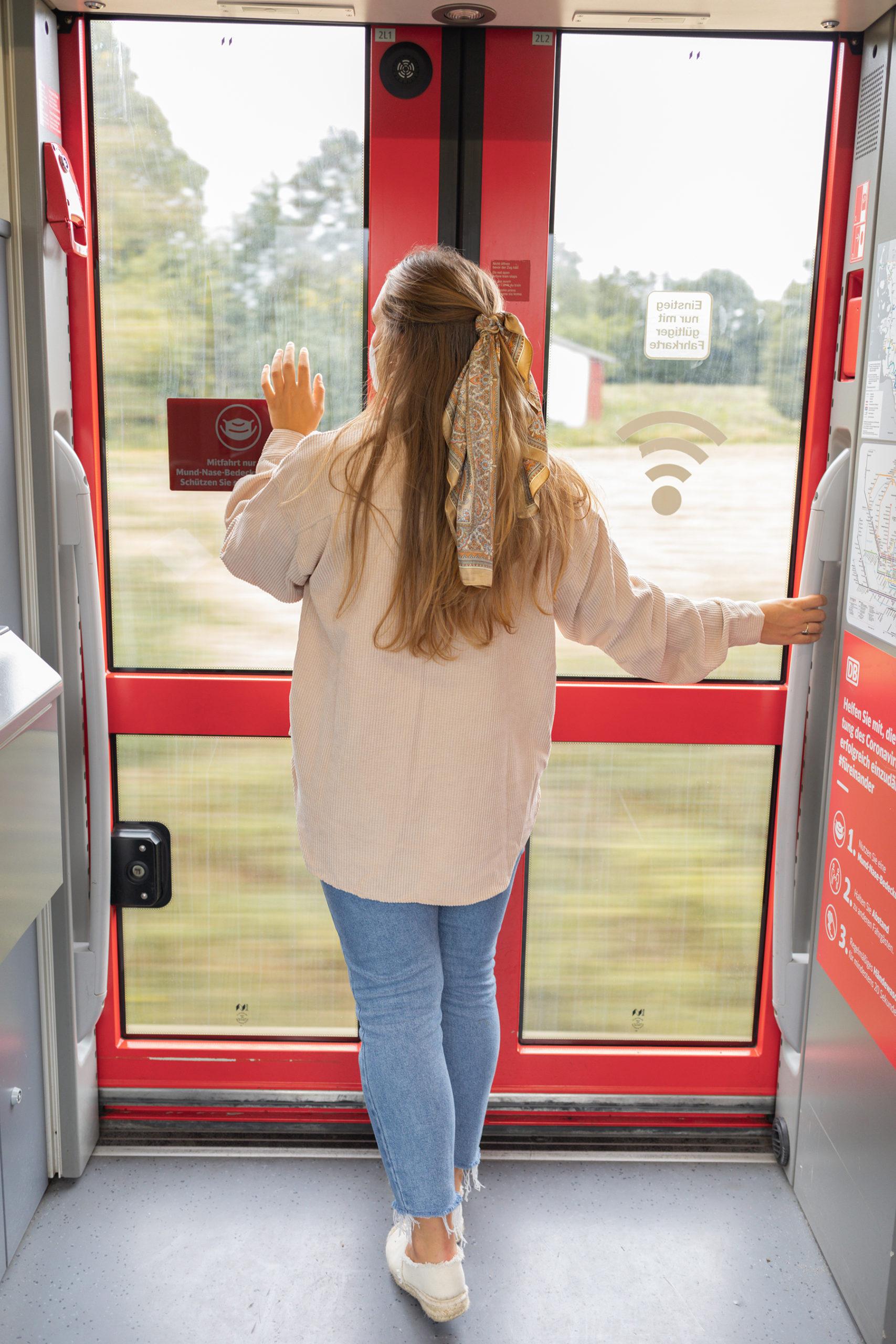 Sina im Zug vor Tür
