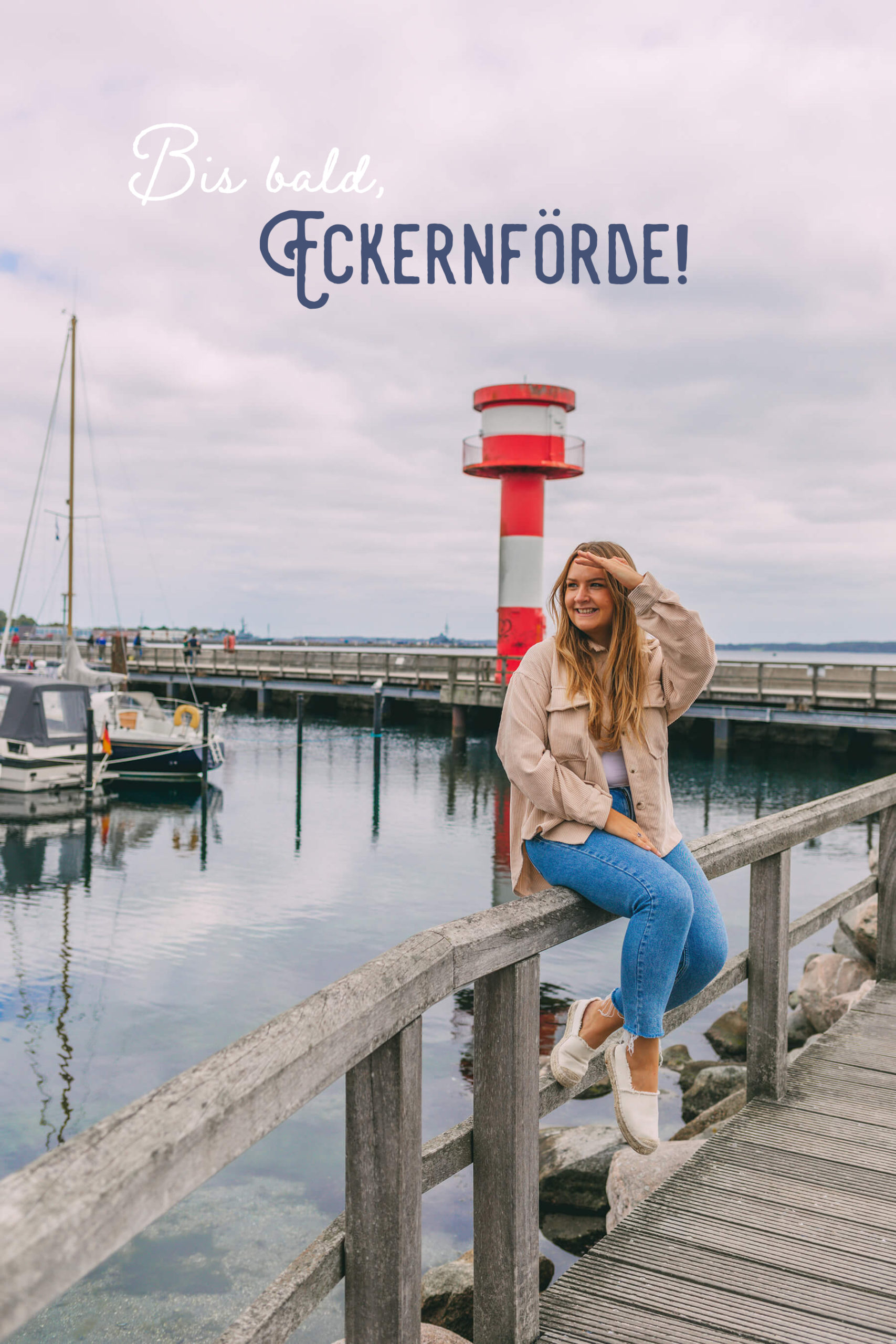 Sina Hoyer vor Leuchtturm in Eckernförde